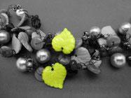 Blätter verarbeitet in einer Häkelkette