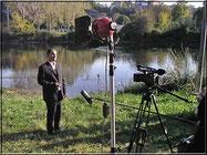 Cédric Gisondi, l'un des responsables de l'équipe, projectionniste, vidéaste et comédien. Ici sur les rives du Verdon, où un plateau cinéma avait été reconstitué avec caméras, projecteurs, micros... photo Bernard Héliord