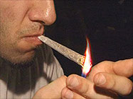 fumer un joint de cannabis