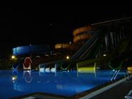 le parc aquatique de l'hôtel de nuit...