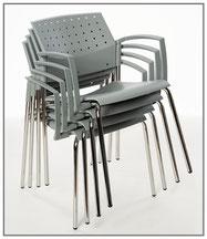 Der stapelbare Wartezimmerstuhl ANDANTE von SIMPEX-OBJEKT   mit stützfreundlichen Armlehnen vereint ein luftiges, modernes Design mit hohem Sitzkomfort auf Basis einer hygienischen Konstruktion.