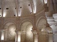 salle romane à 12 arcatures ornées de visages sculptés. Sa coupole (5m de haut) est percée d'un occulus bordé d'une couronne sculptée