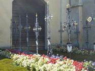 cimetière aux jolies croix de fer forgé