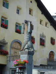 Hauptplatz... Fontaine surmontée de l'ours héraldique des Planta