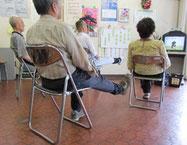 ▲足を上げる運動。ベルトは足首に。重さは一人一人の体力に合わせて調節しています。