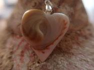 Pendentif nacre de troca, le coeur du coeur
