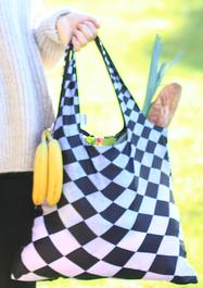 Chilino Bag Karos gefülltmit Obst und Brot, präsentiert von weiblichem Model