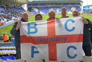 Fünf Männer hinter der Fanfahne der Bluenoses in Germany