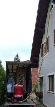 Zellulose Einblasdämmung wird über die Schlauchleitung direkt in den Spitzboden transportiert.
