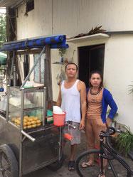 Ba má Trần Hoàng Huy trước nhà trọ