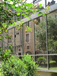 In het gezellige Cahors gaf een van glas vervaardigde dependance van de lokale kerk een leuke weerspiegeling van de tegenover gelegen lokale huizen.