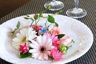 <<お花の楽しみ方>> ◇買ってきたお花は、すぐにお水につけ早めに茎の先端を切って活けてください。 ◇お花との時間を長く楽しむために、飾ったお花の水換えは毎日してあげて下さい。 ◇水を吸う力がなくなったお花は、短く切って水の張ったお皿に飾ってみて下さい。