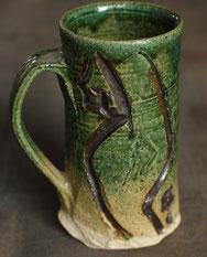 美濃焼の伝統釉、織部のジョッキ。市販の混ぜ土を使用し、制作したもの