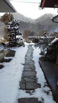 昼ごろにはもうこんな もう下界の街道もノーマルででも走れます 雪を見たがってるあなた 昨日から泊ってたら良かったのに