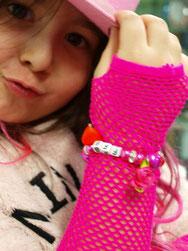 Kindergeburtstag feiern Schmuck Workshop in Düsseldorf Mädchen mit Perlen Armband