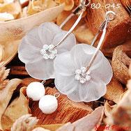 Boucles d'oreilles créoles et fleurs blanches