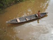 Junge beim Pyrania fischen in Bolivien