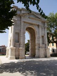 Torbogen bei Castelvecchio an der Bushaltestelle