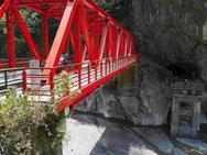 Brücke in der Tarokoschlucht, mehrfach erneuert und schließlich höher gelegt, Taiwan