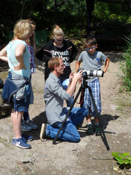 Björn erklärt sein Fotoequipment (Foto: Meike Kempermann)