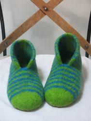 filzschuhe modell ferdi jeansblau mit einer bunten spitze und einer bunten fersenlasche hier in senfgelb und hellblau