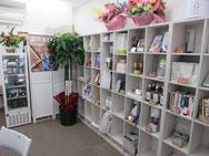 小分けの棚に自治体情報や名品が並びます。