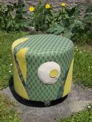 Foto eines Kabeltommel-Hockers in Grün mit plastischen Stoffapplikationen