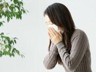 前川医院の、内科の女性患者のイメージです。風邪をひいて、せきこんでいます。