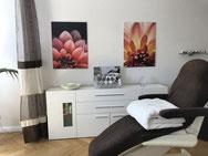 Bild von Kosmetikliege mit Sideboard und Blumenbildern