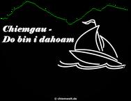 """rundes Chiemwelt-Logo des Chiemwelt-Shop mit Schriftzug """"Chiemgau - Do bin i dahoam"""" und Segelschiff auf bayerischem See mit Sonntagshorn"""