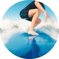 Titelbild Surf-Fitness Blog - Frau auf einem Softboard in der Welle