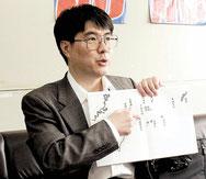 古文書で新たに解読した事実を説明する石井望准教授=15日午後、県庁
