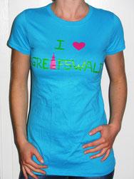 I love Greifswald-Damenshirt, hellblau (Lioba) mit grüner Schrift und pinkem Herz/Turm.