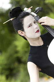 Ravienne Art Model - Foto, Geisha, Cello, Musik auf Reisen