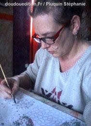 Photo de l'illustratrice auteure Stéphanie Pluquin en pleine travail de création