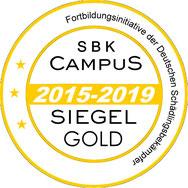 Das SBK-Campus-Siegel in GOLD erhalten nur Betriebe, die 3 mal in Folge das Siegel in Silber für die regelmäßige Teilnahme ihrer Mitarbeiter zu anerkannten Fortbildungsmaßnahmen erhielten, oder bei GOLD erneut diese regelmäßige Teilnahme bestätigt haben.
