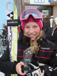 Magdalena Schwaiger mit ihrem Pokal für den 3. Platz