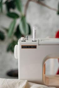 Cette photo représente une personne regardant un ordinateur avec tasse de café
