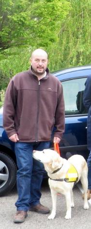 Jean-Pierre NEY et un chien en éducation aux CMUE