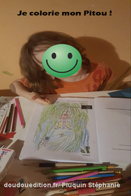 Photo d'un enfant qui colorie les illustrations d'un livre de l'illustratrice auteure Stéphanie Pluquin