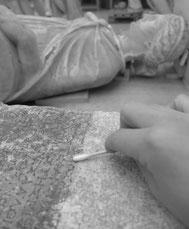 Stèle en calcaire en cours de nettoyage