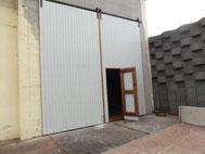 Hallentor mit Tür aus Fichte und Strahltrapezplatten