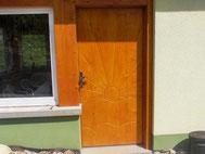 Tür aus Kiefer mit Verzierung