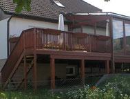 ... und angrenzender Terrasse aus Lärche