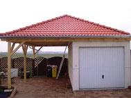 Carport an Garage, mit Walmdach und Ziegeln
