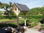 Überdachung Brunnen mit Dachschindeln