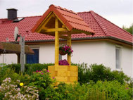 Deko-Brunnen aus Fichte mit Ziegelddach