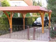 Carport mit Dachpappe, Leimholzbögen und Blende aus Kunstschiefer