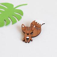 bijoux pour enfant ou maman en bois fabriqués à la main en France. Peinture écologique modèle renard boho bohème indien mandala avec queue blanche et . broche, pin's original et unique crée par my little fox.