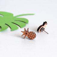 bijoux pour enfant ou maman en bois assemblés à la main en France. modèle ananas, fruit exotique et tropical avec gravure laser. Puces d'oreilles ou boucles d'oreilles originales et uniques créées par my little fox.